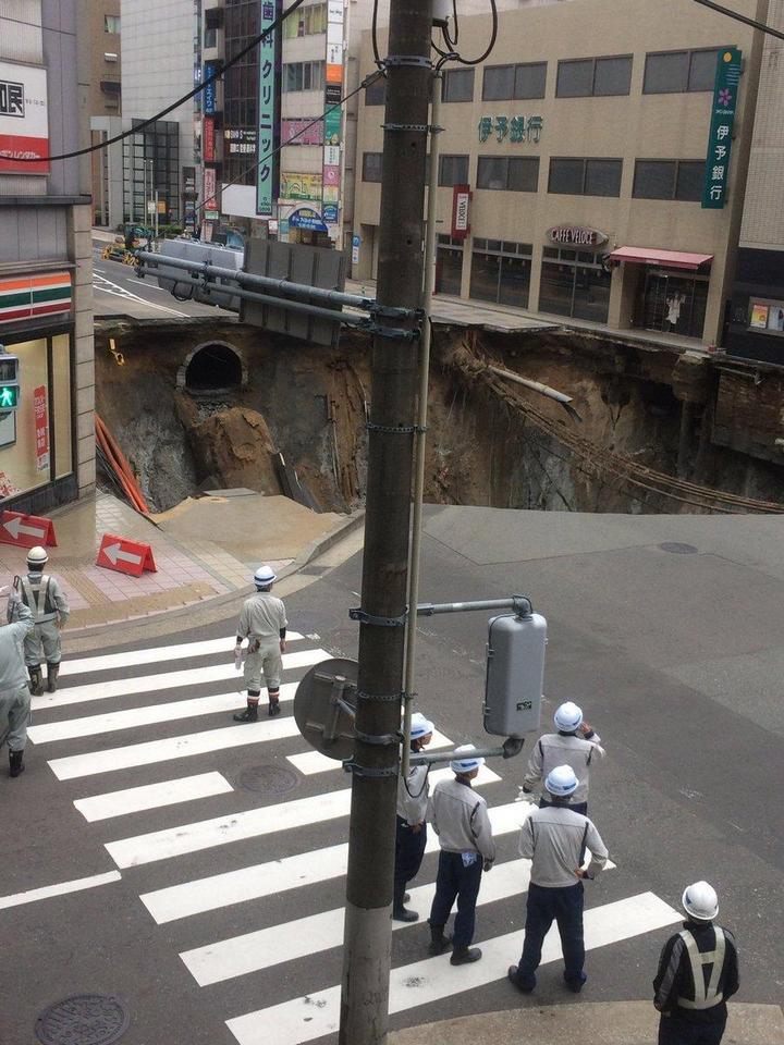 В Японии под землю провалился 30-метровый участок дороги (2)