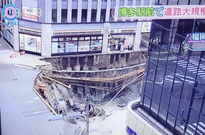 В Японии под землю провалился 30-метровый участок дороги (3)