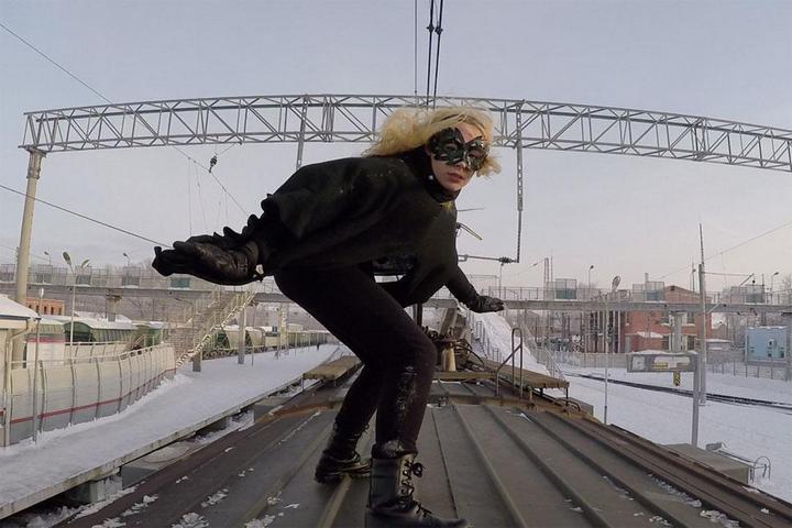 Kobzarro — девушка, которая летает на крыше московских поездов в час пик (3)