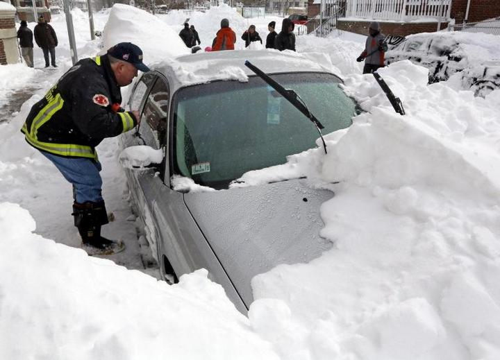 Пока отец убирал снег, его жена и двое детей задохнулись в машине (4)