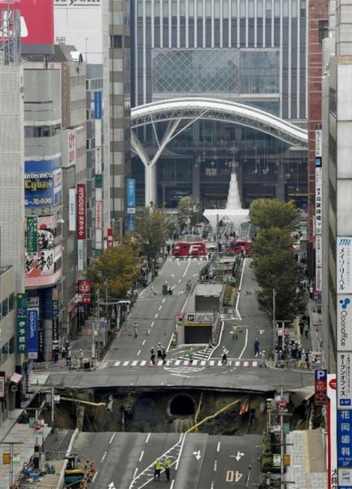 В Японии под землю провалился 30-метровый участок дороги (4)