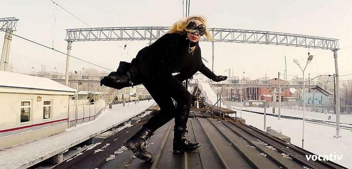 Kobzarro — девушка, которая летает на крыше московских поездов в час пик (4)