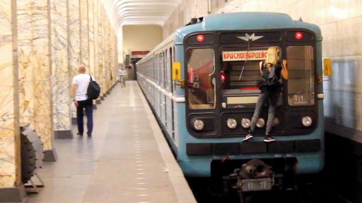 Kobzarro — девушка, которая летает на крыше московских поездов в час пик (5)