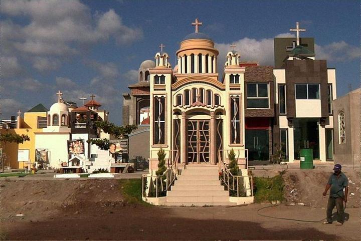Роскошное кладбище мексиканских наркобаронов (13)