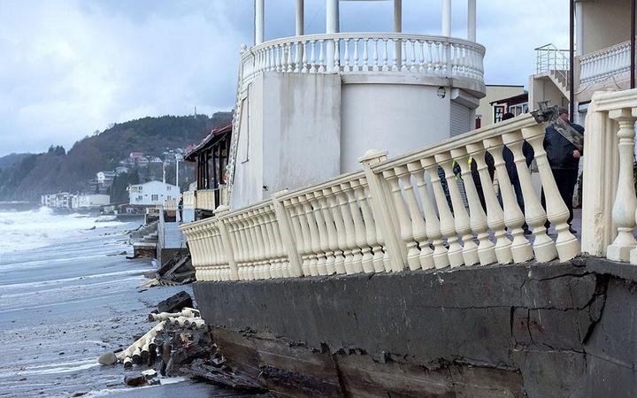 Недавно построенная набережная в Лоо не выдержала ударов штормовых волн (2)