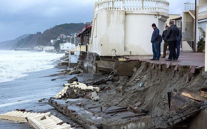 Недавно построенная набережная в Лоо не выдержала ударов штормовых волн (3)