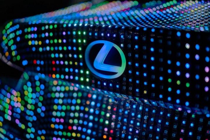 Lexus IS нарядили в покрытие из 42000 светодиодов (4)