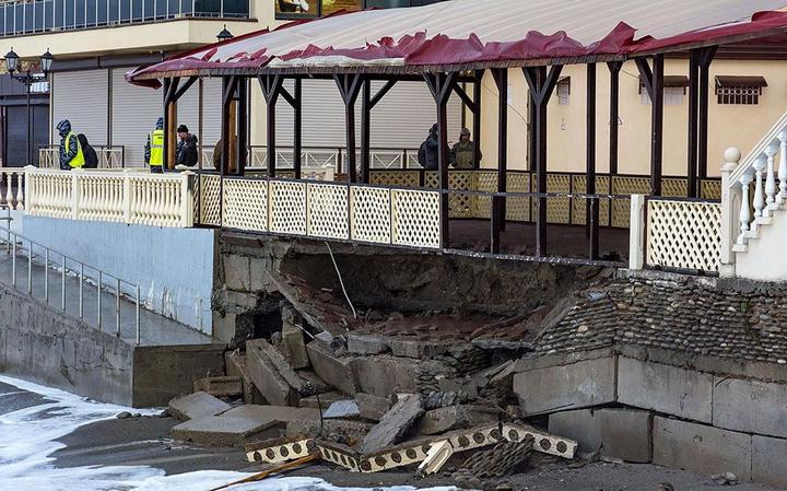 Недавно построенная набережная в Лоо не выдержала ударов штормовых волн (4)