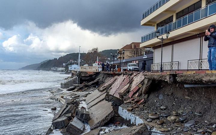 Недавно построенная набережная в Лоо не выдержала ударов штормовых волн (5)