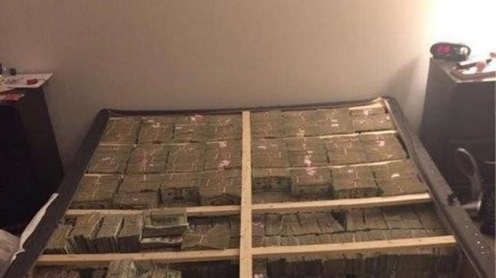 $20 миллионов под матрасом. Впечатляющее фото обыска квартиры в Бостоне (1)