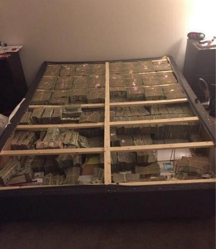 $20 миллионов под матрасом. Впечатляющее фото обыска квартиры в Бостоне (2)