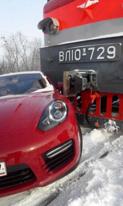 В Тольятти поезд столкнулся с автомобилем Porsche Panamera (2)