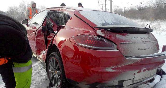 В Тольятти поезд столкнулся с автомобилем Porsche Panamera (4)