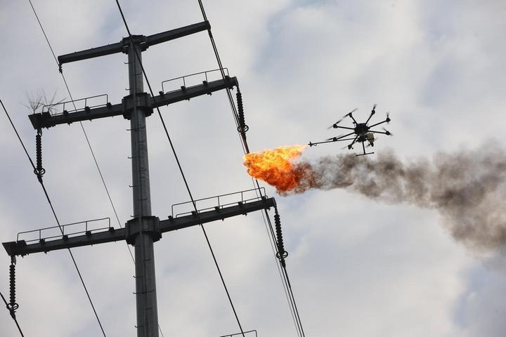 Китайцы начали использовать дроны, которые сжигают мусор застрявший в проводах (1)