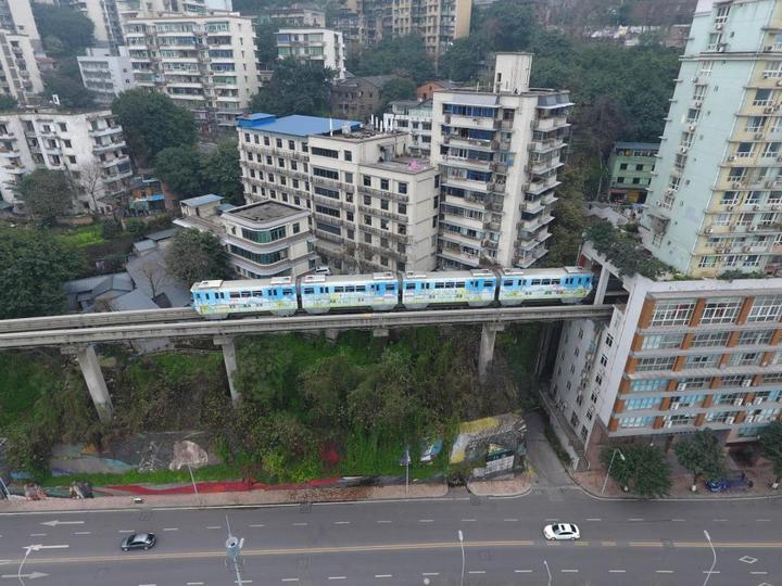 19-этажный дом, сквозь который проходит поезд (2)