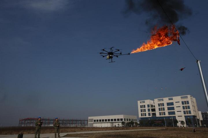 Китайцы начали использовать дроны, которые сжигают мусор застрявший в проводах (2)