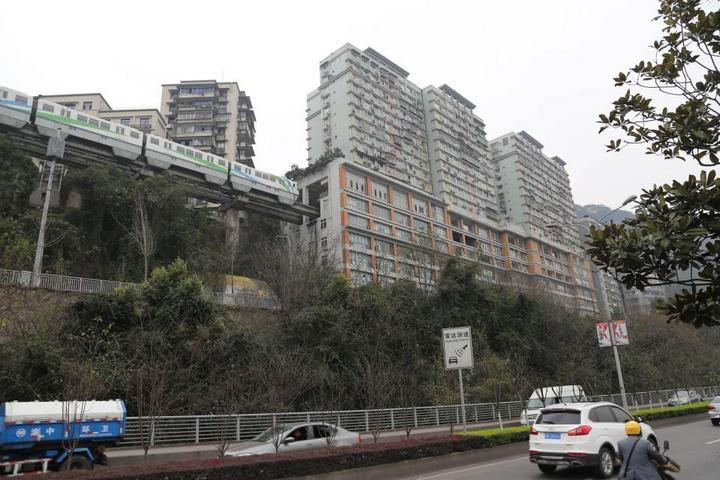 19-этажный дом, сквозь который проходит поезд (3)
