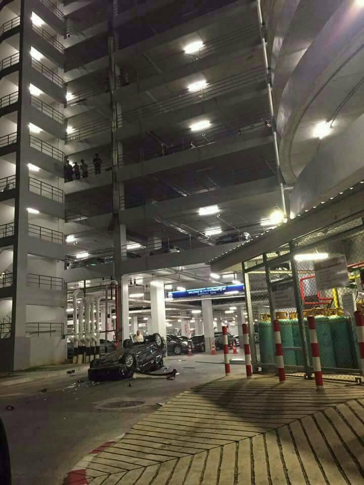 В Тайланде автомобиль свалился с многоэтажной парковки (3)
