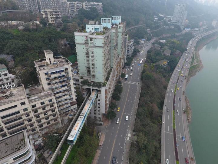 19-этажный дом, сквозь который проходит поезд (4)