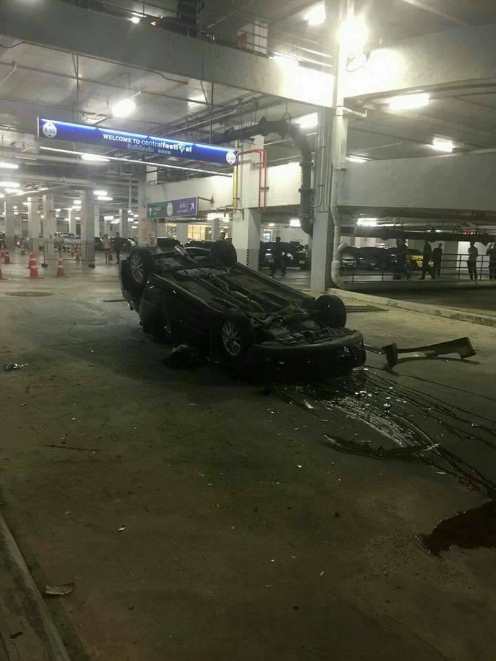 В Тайланде автомобиль свалился с многоэтажной парковки (6)