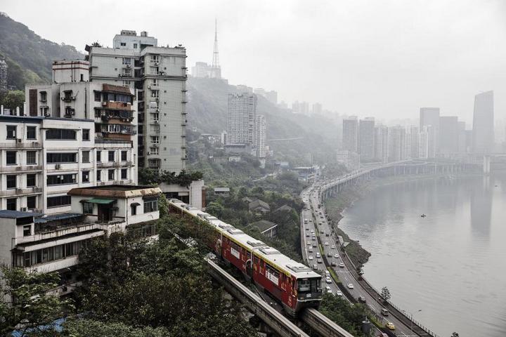 19-этажный дом, сквозь который проходит поезд (7)