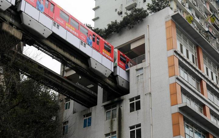 19-этажный дом, сквозь который проходит поезд (8)