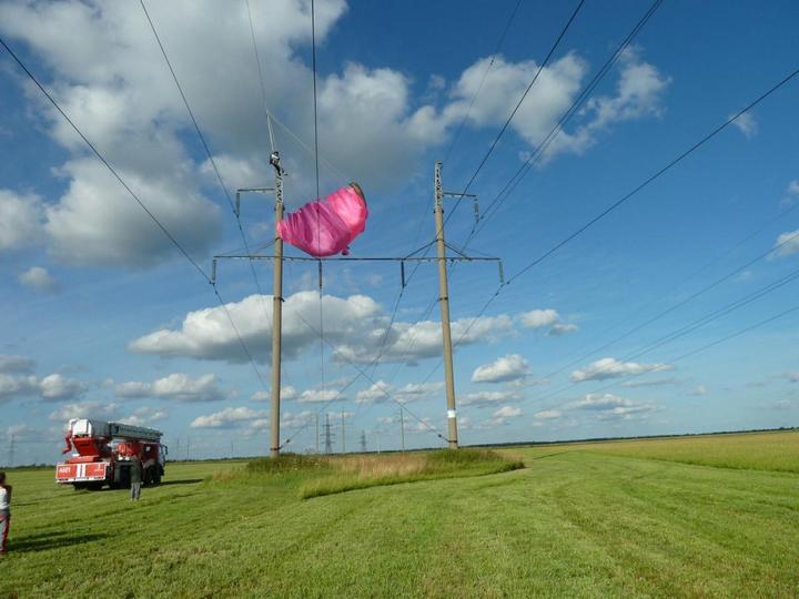 Парашютистка зацепилась за высоковольтные провода (1)