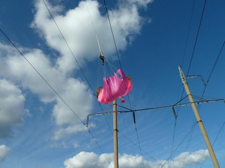 Парашютистка зацепилась за высоковольтные провода (3)