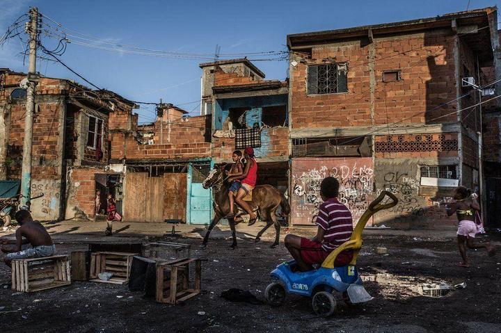Мрачные трущобы Рио-де-Жанейро (28)