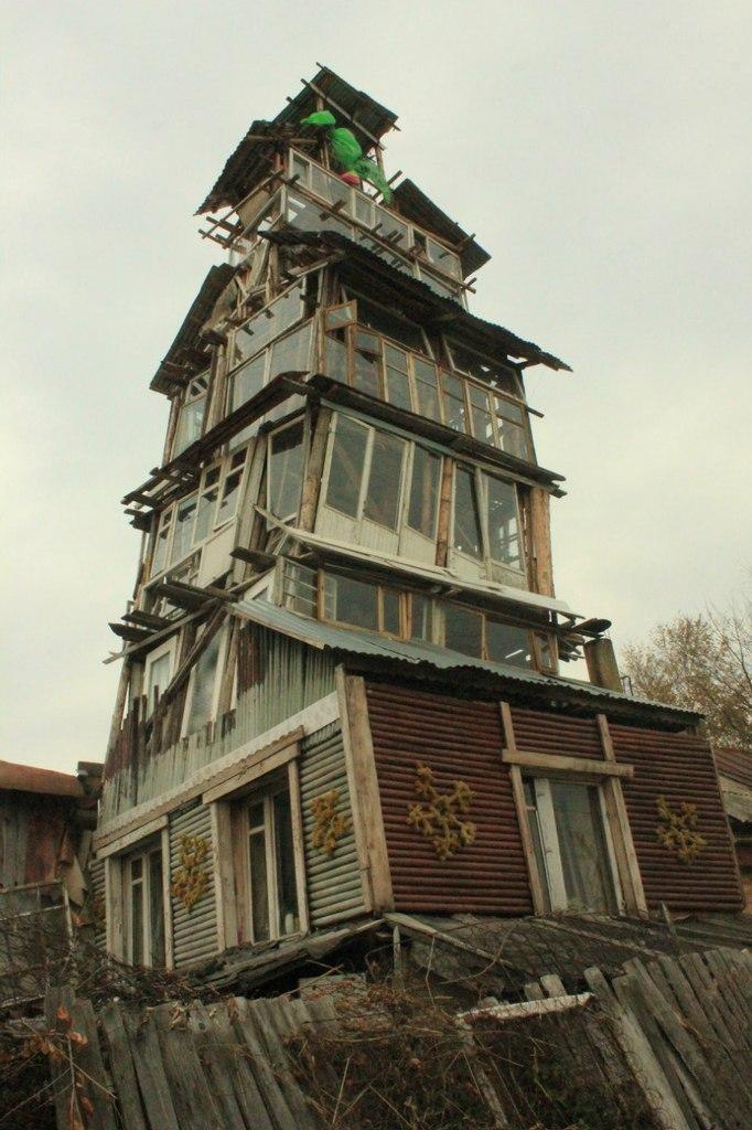 Старик соорудил колокольню во дворе (1)