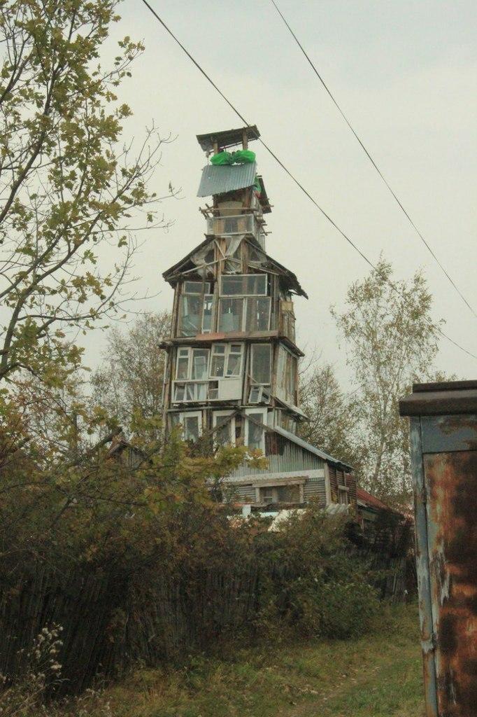 Старик соорудил колокольню во дворе (2)