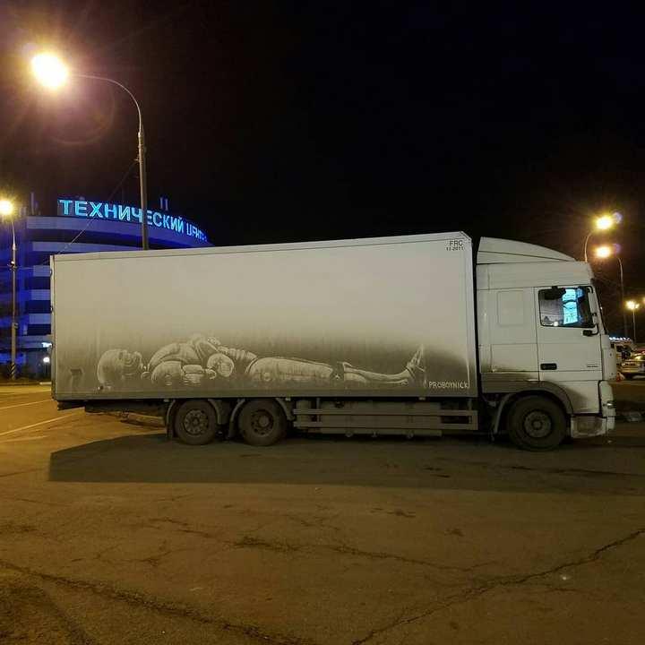 Крутые рисунки на грязных грузовиках (10)