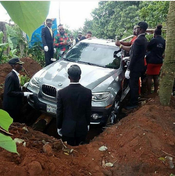В Нигерии сын похоронил отца в новой BMW X5