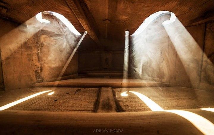 Удивительные фотографии снятые внутри музыкальных инструментов (2)