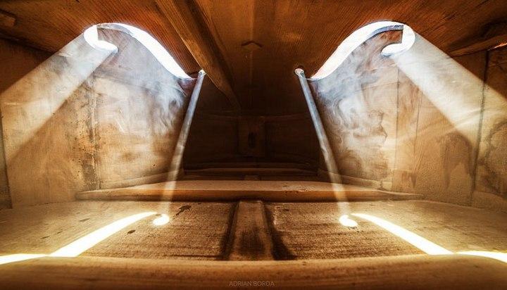 Удивительные фотографии снятые внутри музыкальных инструментов (5)