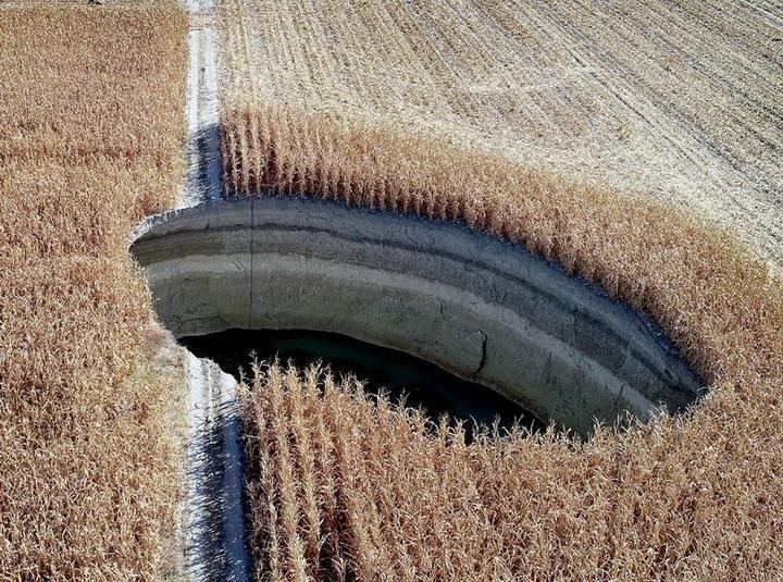 В Турции на кукурузном поле образовался провал (1)