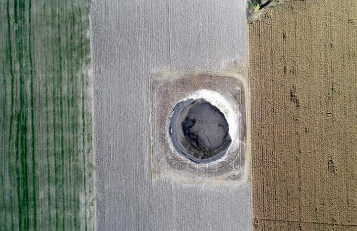 В Турции на кукурузном поле образовался провал (4)