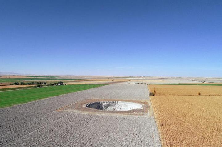 В Турции на кукурузном поле образовался провал (5)
