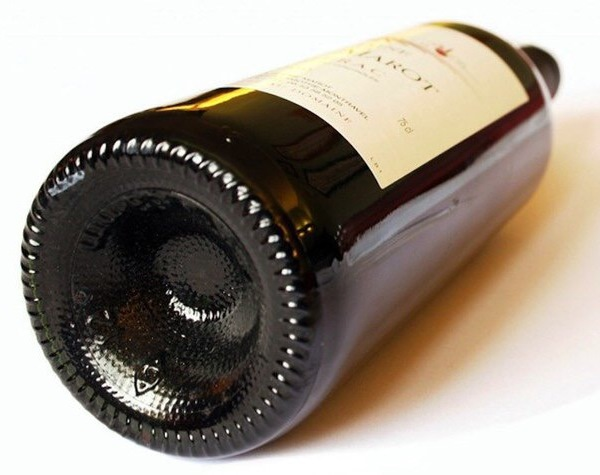 Почему дно винной бутылки впуклое? (1)