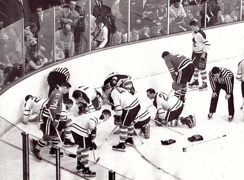 Хоккеисты чикагского «Black Hawks» ищут потерянную дорогую контактную линзу Джека Эванса