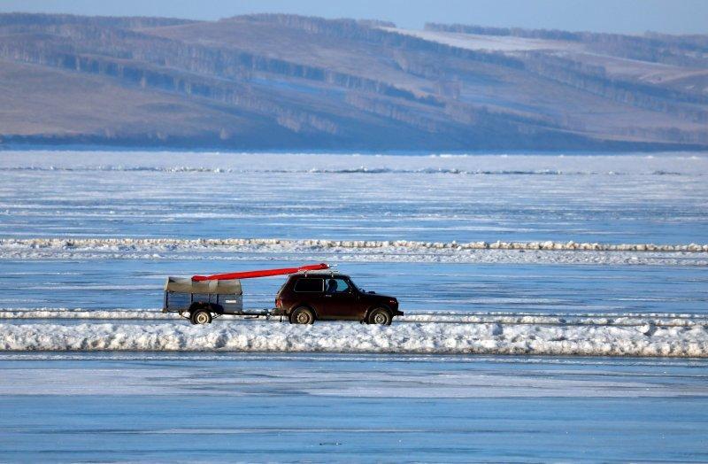 Автомобильная переправа по льду Енисея (1)