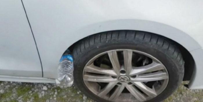 увидели пластиковую бутылку возле колеса (3)