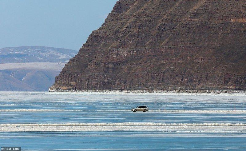 Автомобильная переправа по льду Енисея (6)