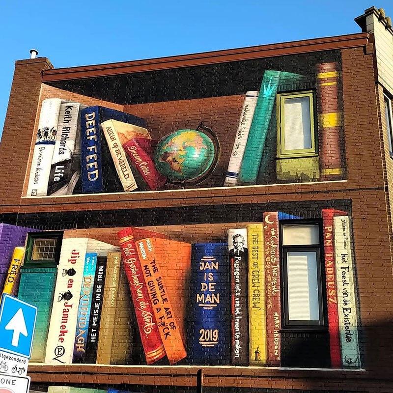 Стрит-арт. Книжная полка на стене дома (4)