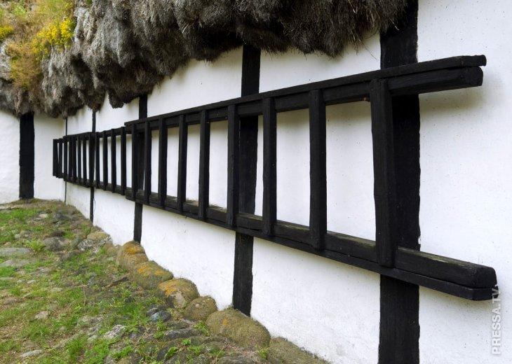 Удивительные дома с крышами из морских водорослей (5)