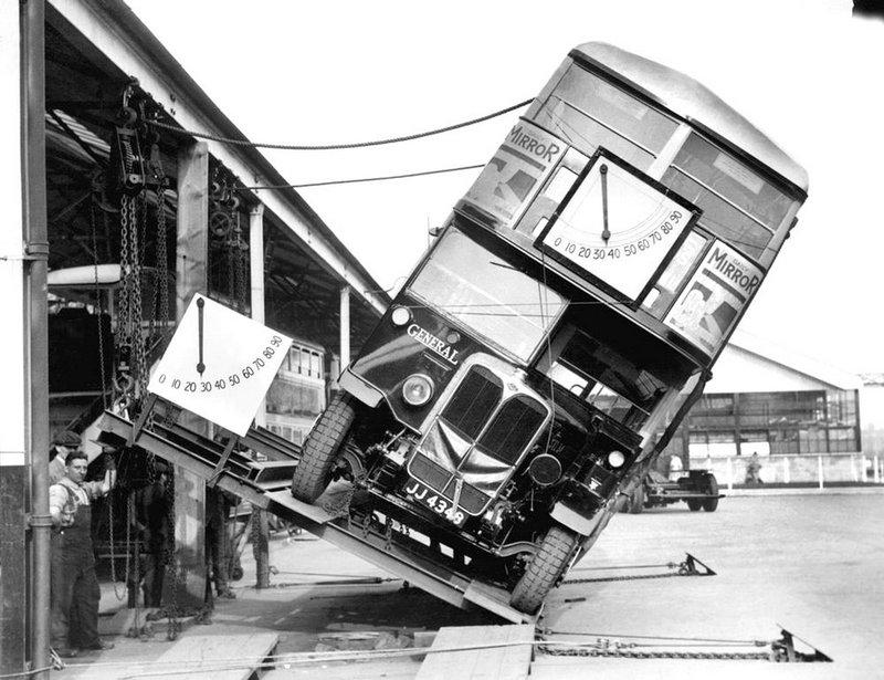 Таким образом производитель знаменитых двухэтажных автобусов Лондона доказывали, что пассажирам не грозит опрокидывание. 1933 год