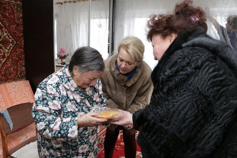 Чиновницы из Крыма подарили блокадникам батоны (9)