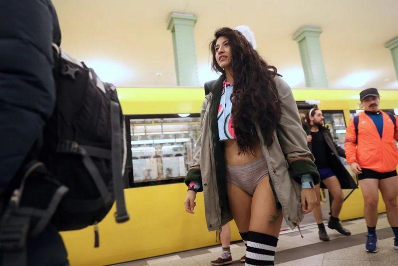 В метро без штанов 2020 (17)