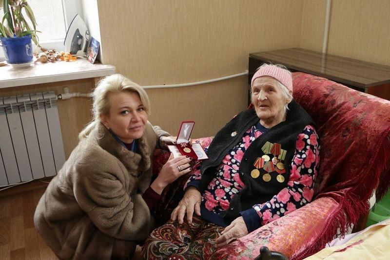 Чиновницы из Крыма подарили блокадникам батоны (8)