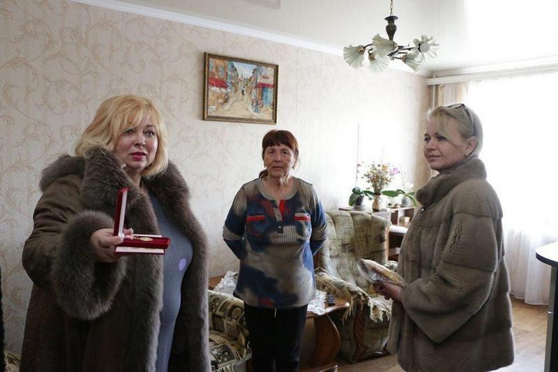 Чиновницы из Крыма подарили блокадникам батоны (7)